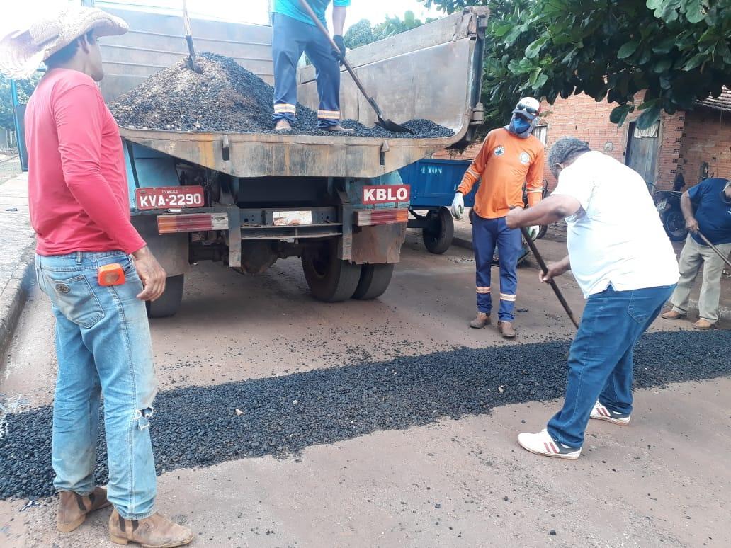 Prefeitura de Angico constrói quebra-molas no Povoado Mato Redondo e Setor Chico Maior